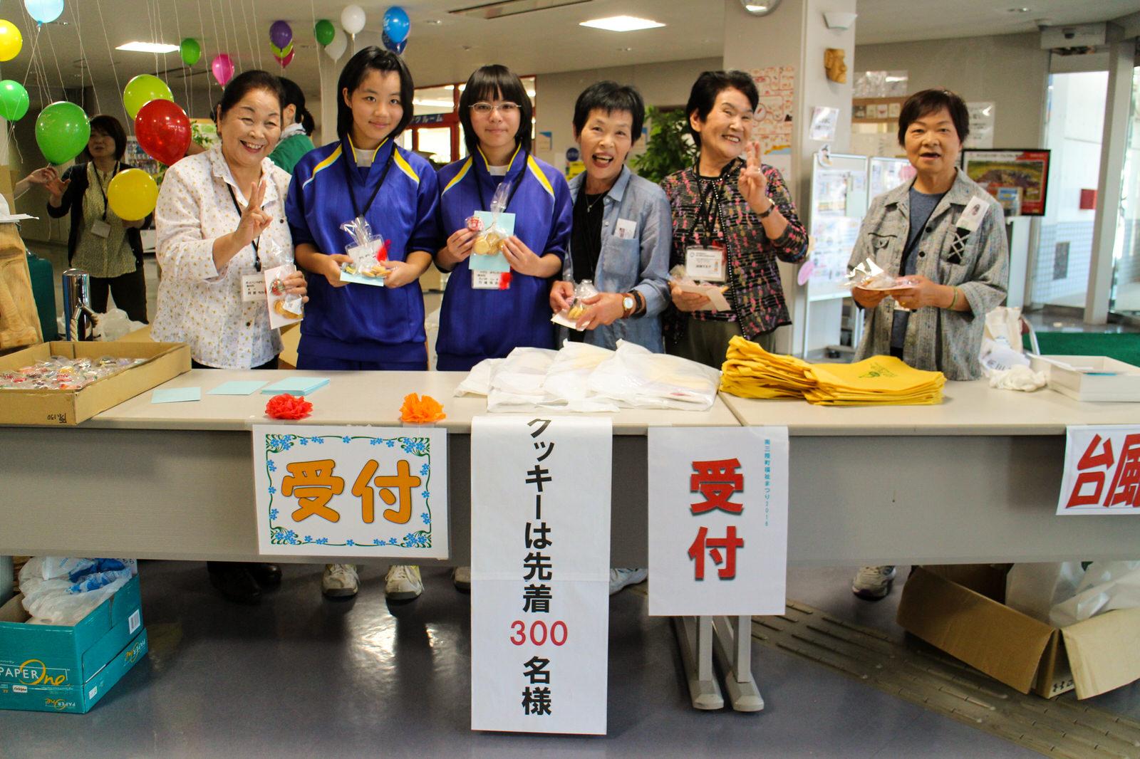 入り口では地元のキレイどころがお出迎え!志津川中学校からのボランティアも大活躍!
