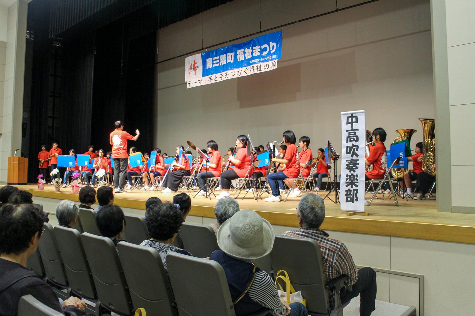 ステージも華やか!コール潮騒の美しい合唱や町内の中高吹奏楽部の合同演奏、輝き劇団などなど