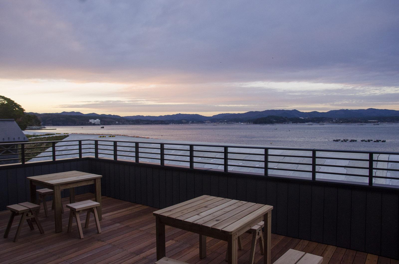 2階ウッドテラスから眺める志津川湾。この海と里山をフィールドにさまざまなアクティビティを展開します
