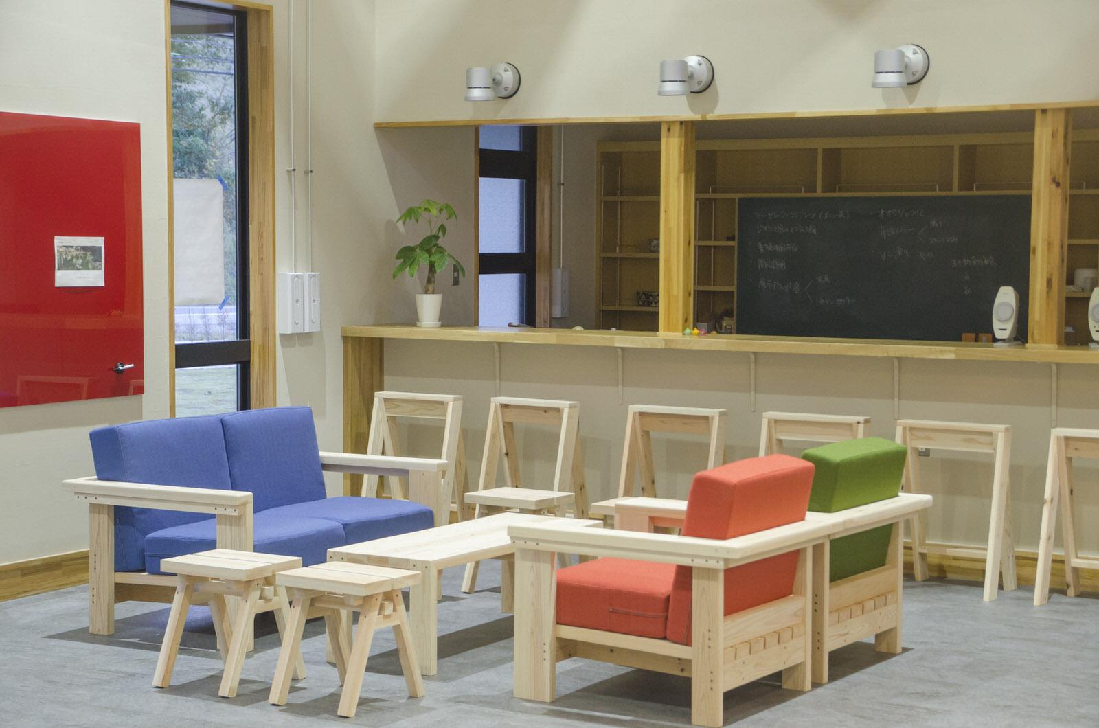 南三陸杉を使った家具が特徴的のカフェコーナー。電源やWiFiも完備され、作業や打ち合わせでの使用も可能。