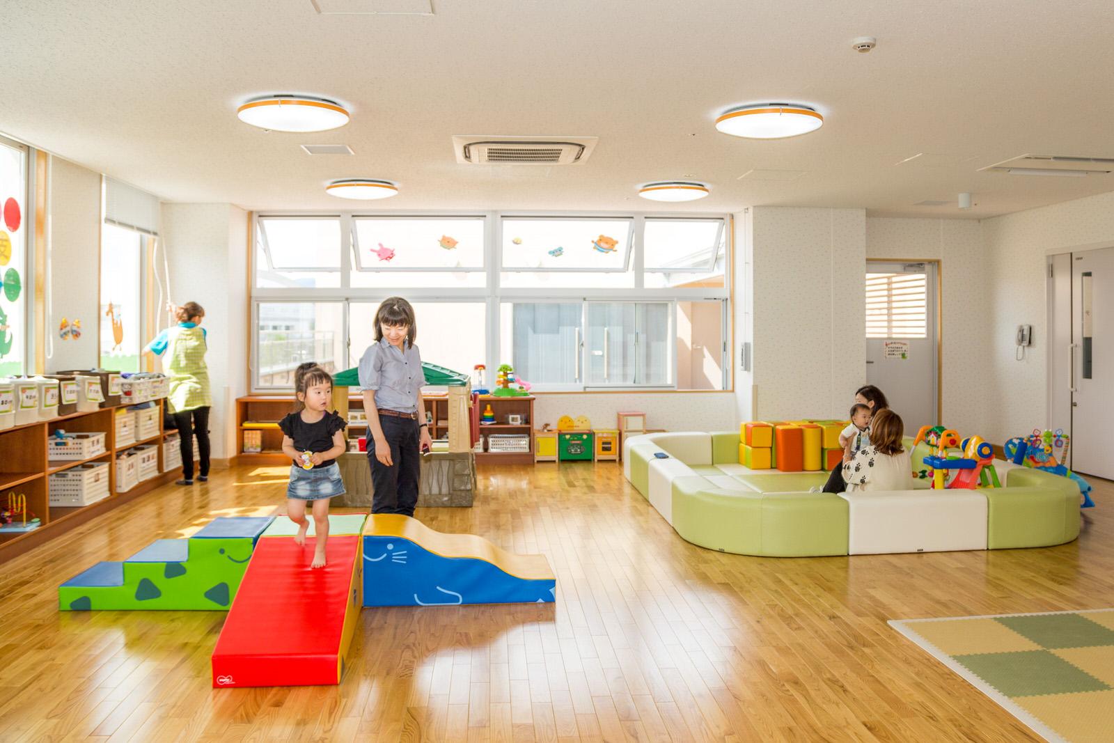 明るく広々としたスペースと充実した遊具が好評