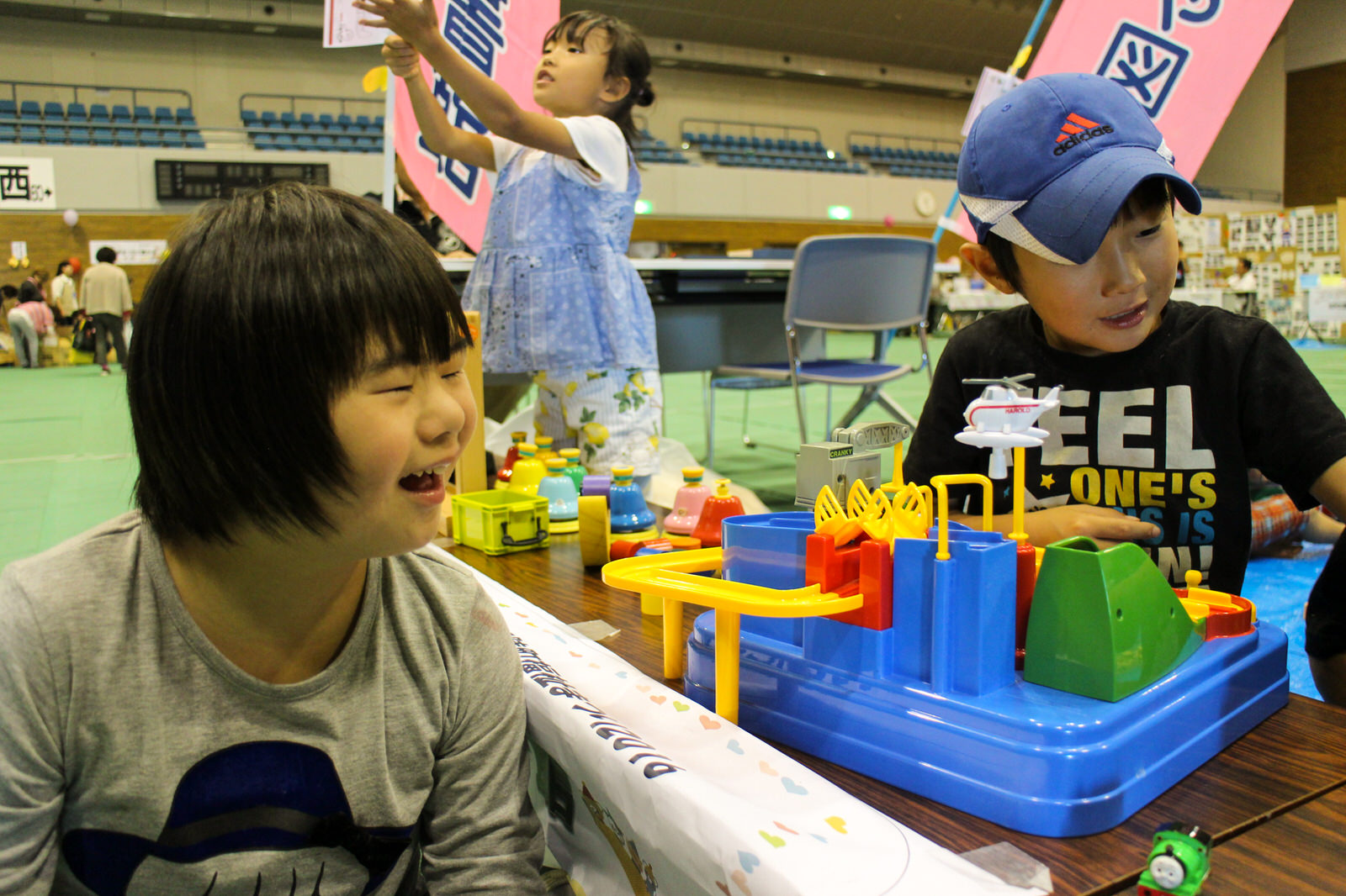 その場にいた子どもたちと一緒に、想い想いに遊ぶ佐藤さんのお子さんたち