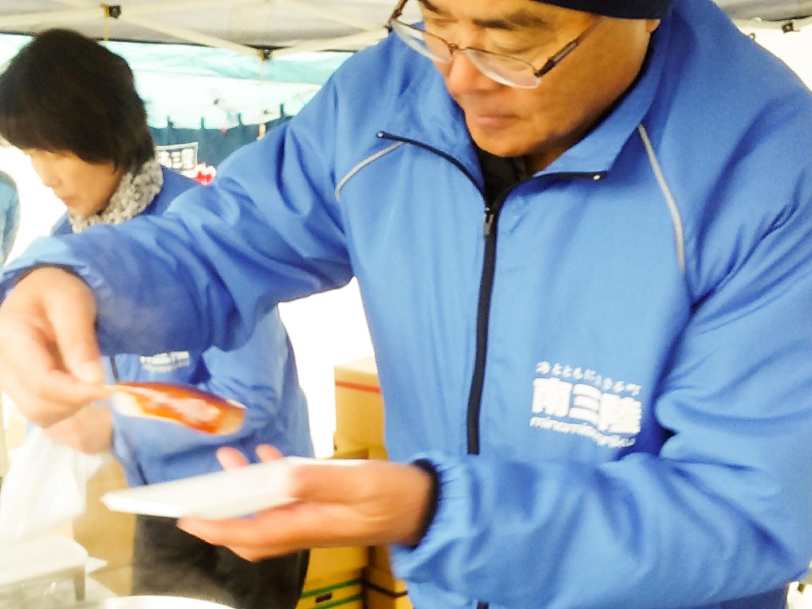 一本一本丁寧に味噌田楽を提供する高橋長泰さん